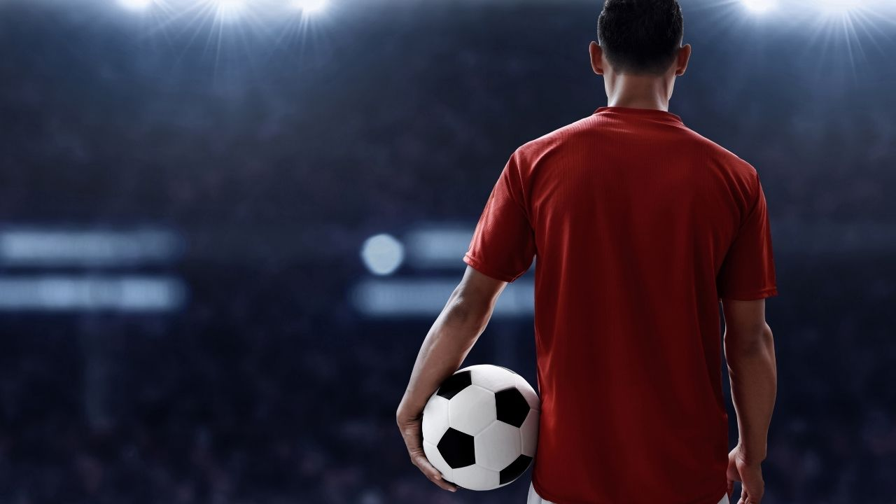 Football player with contact lenses – Featured image